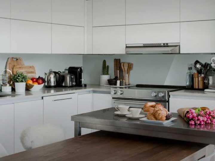 Pourquoi une crédence en verre est-elle un atout pour votre cuisine?